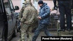 Арестованного украинского моряка выводят из суда Симферополя, 27 ноября