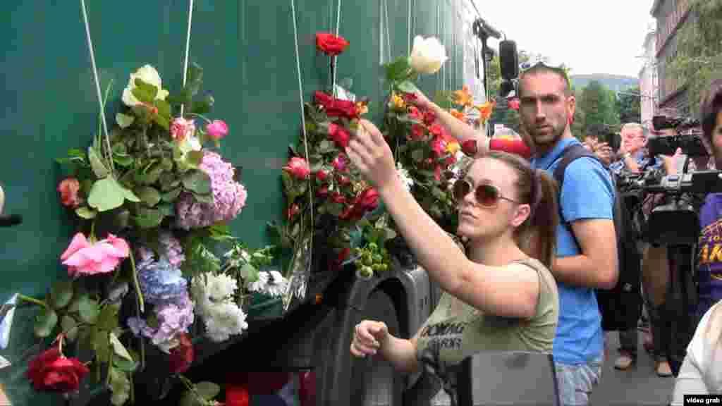 Скорбящие жители Сараева возлагают цветы к траурному картежу
