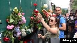 Відеокадр: жалобні квіти на вантажівці з трунами, Сараєво, 9 липня 2014 року