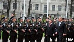 Претседателот Ѓорѓе Иванов и претседателот на Летонија Андрис Берзинс вчера во Рига