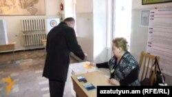 Պաշտպանության նախարար Սեյրան Օհանյանը քվեարկում է սահմանադրական փոփոխությունների հանրաքվեում