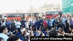 صحنهای از تجمع کارگران گروه صنعتی ملی فولاد در اعتراض به بازداشت همکاران خود