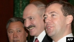 Lukashenka (center) with Kyrgyz President Bakiev and Russian President Medvedev in Moscow