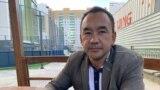 """Полицияға """"Назарбаевтың күшіктері"""" дегені үшін """"билік өкілін қорлады"""" деген айыппен сотталған оппозициялық белсенді Ербол Есхожин. Нұр-Сұлтан, 14 қыркүйек 2020 жыл."""