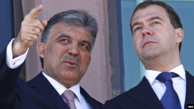 Turkey -- President Abdullah Gul (L) chats with his Russian counterpart Dmitry Medvedev at the Presidential Palace of Cankaya in Ankara, 12May2010