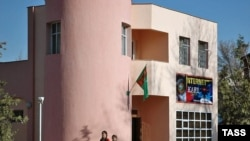 Mollanyýazowyň programmasynda Türkmenistanda telekommunikasiýa düzümini ösdürmek, interneti elýeterli etmek we has-da kämilleşdirmek hakda gürrüň edilýär.
