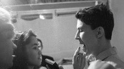 Первый в СССР конкурс красоты в клубе «Под интегралом» в Академгородке, 8 марта 1964 года. Герман Безносов переодевается в девушку для участия в конкурсе.