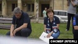 Албена Предоева и колегите ѝ от СФСМВР отдават почит на загиналите служители на МВР по време на протеста пред вътрешното министерство на 5 юли 2020 г.