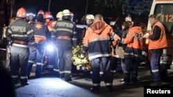 Рятувальники біля нічного клубу Бухареста, де сталася пожежа, 31 жовтня 2015 року