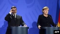 Eгипетскиот претседател Мохамед Морси и германската канцеларка Ангела Меркел на заедничка прес-конференција во Берлин.