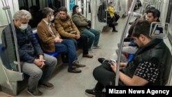 Тегеран метросындағы адамдар. 2020 жылдың сәуірі.