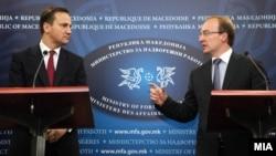 Полскиот министер за надворешни работи Радослав Шикорски и неговиот македонски колега Антонио Милошоски на прес-конференција во Скопје.