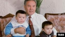 Нурсултан Назарбаев с внуками Айсултаном (слева) и Алтаем. 1992 год
