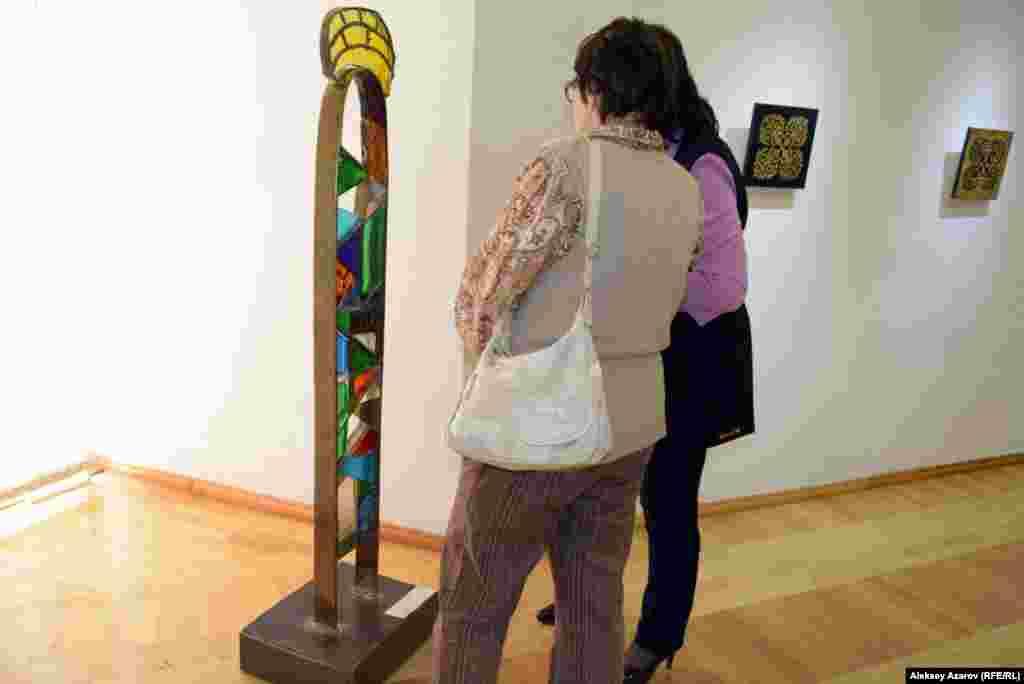Вагиф Рахманов работает с такими материалами, как металл, стекло, камень, краски, дерево. На выставке «Я – кочевник» можно увидеть с десяток его новых работ. Одну из них, «Силуэт в степи», внимательно рассматривают две посетительницы.