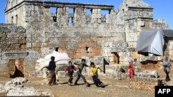 Дети сирийских беженцев играют на руинах общественной бани античного города Серджилла. 8 октября 2013 года.