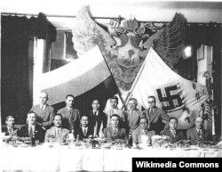 Банкет по случаю учреждения БРЭМ. Второй слева – Константин Родзаевский, четвертый справа – начальник БРЭМ генерал-лейтенант Лев Власьевский, справа от него – Акикуса Сюн, генерал-майор, глава японской военной миссии в Харбине. Харбин, декабрь 1934 года