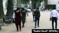 Молодежь на улице в Душанбе. 6 июля 2016 года.