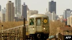 Поезд нью-йоркской подземки на фоне Манхэттена. Фото Mario Tama /AFP