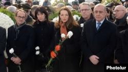 Հայաստան - Ֆրանսիացի խորհրդարանականներ Ռընե Ռուքեն (ձախից) և Վալերի Բուայեն Գյումրիում մասնակցում են 1988-ի երկրաշարժի 25-ամյակին նվիրված հիշատակի արարողություններին, 7-ը դեկտեմբերի, 2013թ․