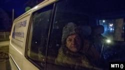 Hajléktalan férfi a Menhely Alapítvány 24 órában működő krízisautó szolgálatának kisbuszában a főváros XV. kerületében, a MÁV-telep villamosmegállónál 2018. február 25-én. Az alapítvány munkatársai a hideg idő miatt a nappali melegedőbe és az éjjeli menedékhelyre próbálják eljuttatni az utcán élőket.
