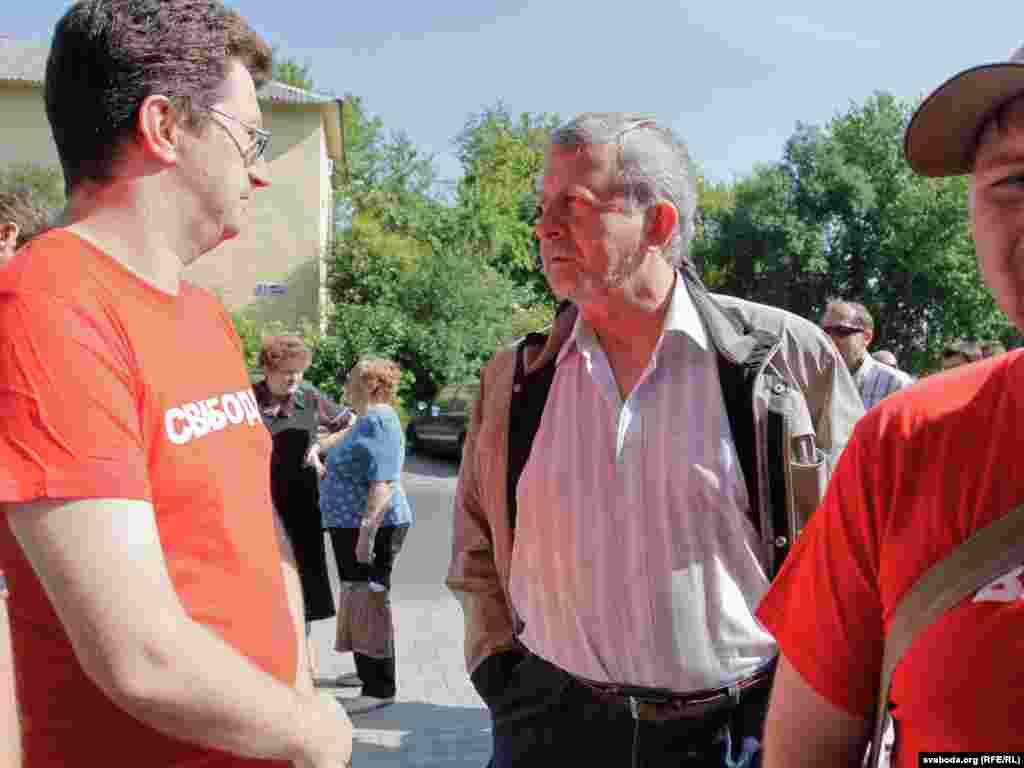Аляксандар Мілінкевіч размаўляе з прафсаюзным лідэрам Сяргеем Антусевічам