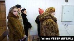 Потерпевшие, их родственники, сотрудники турагентства в зале суда. Темиртау, 23 ноября 2015 года.
