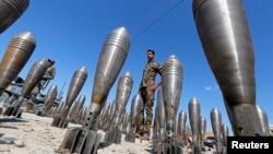 نیروهای ارتش عراق در کنار بخشی از مهماتی که در پی عقبنشینی گروه موسوم به حکومت اسلامی باقی مانده است