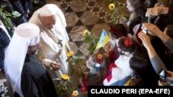 Papa Francis məbəddə
