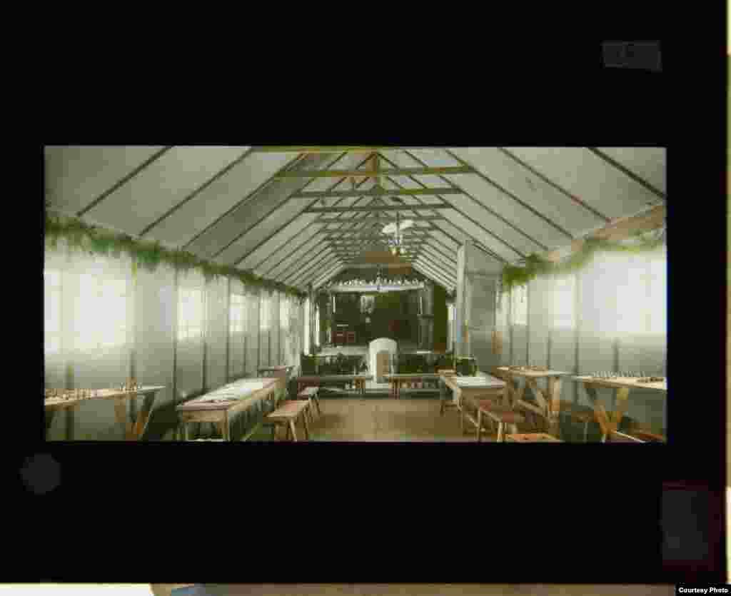 Interiorul Casei Soldaților la a cărei construcție a ajutat Rahill.