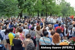 Пришедшие на открытие памятника слушают выступление детского хора. Казахстан, Алматы, 22 июня 2019 года.