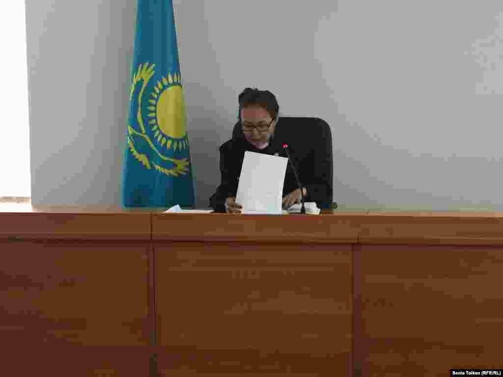 Решение об аресте активистов на два месяца приняла судья Гульжихан Мутиева. Она отклонила ходатайство адвокатов активистов, чтобы их перевели под домашний арест.