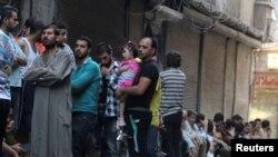 Алепподо кишилер нан алуу үчүн катарда турушат. Алеппо, Сирия. 14-июль, 2016.