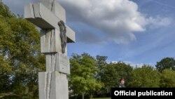 Монумент жертвам Волынской трагедии в Варшаве