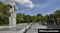 Память и попытки примирения: Петр Порошенко возлагает венок к памятнику жертвам Волынской трагедии в Варшаве