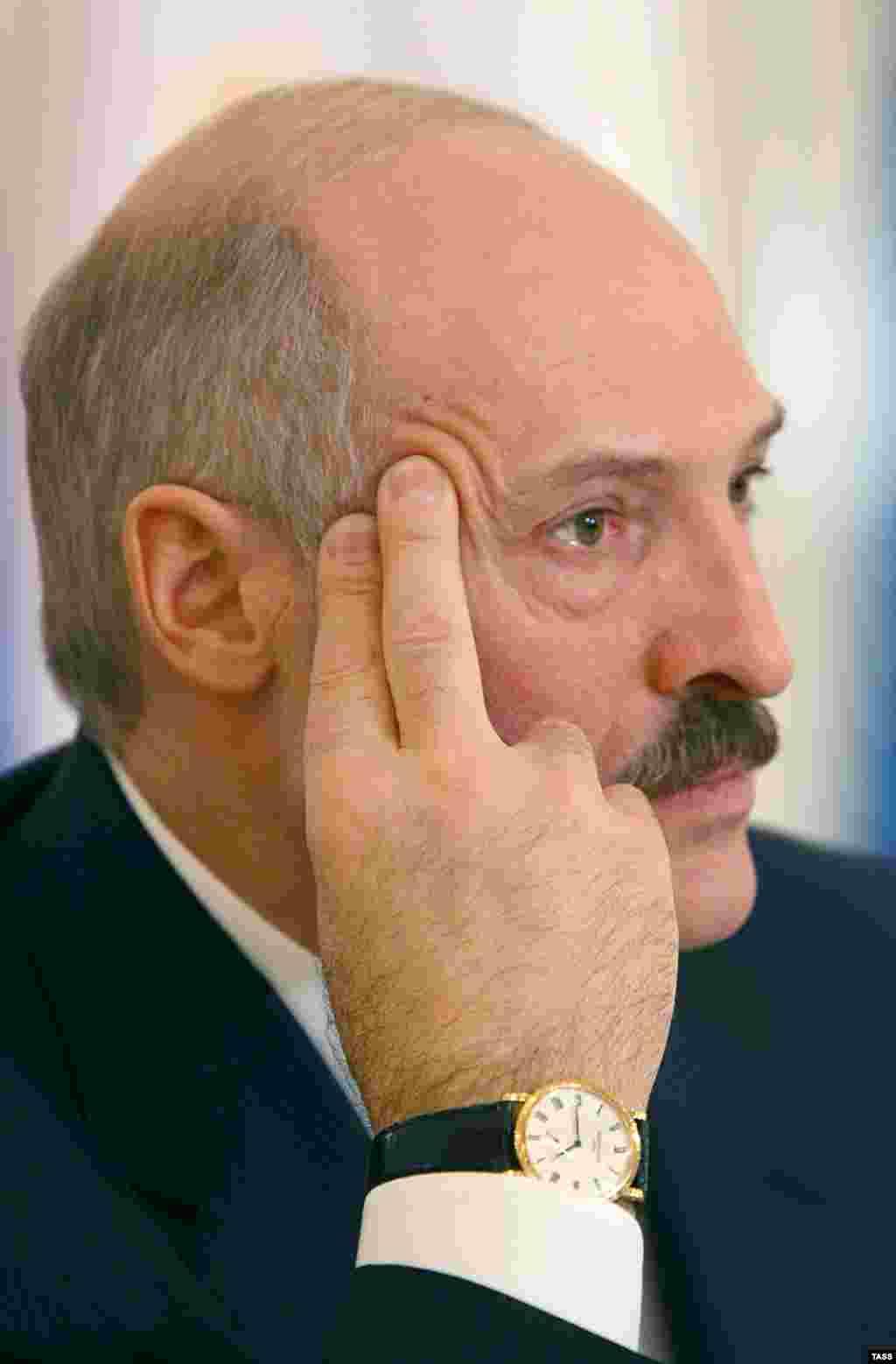 """""""Бережливый"""" президент Беларуси Александр Лукашенко с часами за 17 тысяч долларов. Источник: оппозиционная инициатива Хартия'97."""