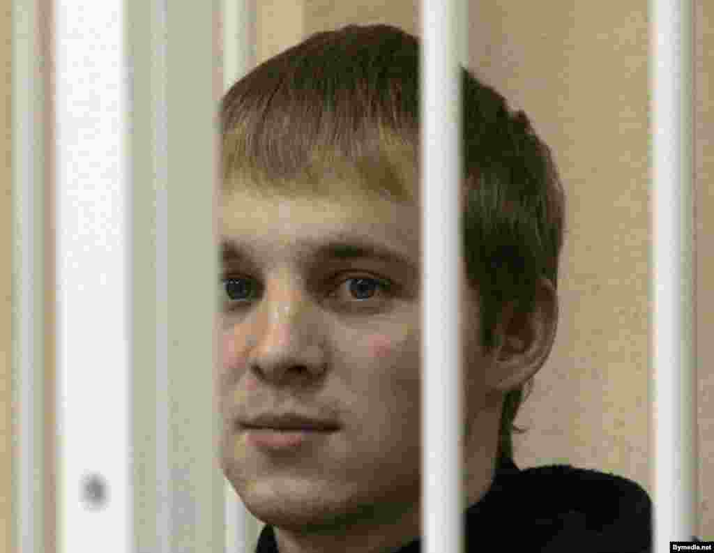 "Zmitser Dashkevich at a Minsk court in November 2006 - Finkevich's fellow Youth Front leader Zmitser Dashkevich was freed on January 23 two months before the end of an 18-month sentence for running an unregistered organization. He said his early release represents ""a sort of game with the West,"" while ""there are no signs of liberalization in public life."" ""Some people are being jailed, and others are being released,"" he said."