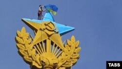 Демонтаж украинского флага, вывешенного на жилом доме на Котельнической набережной, 20 августа 2014 года