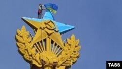 Демонтаж украинского флага с высотки на Котельнической набережной в Москве, 20 августа 2014 года