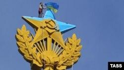 У серпні український «руфер» «Мустанг» розфарбував в кольори українського прапора зірку сталінської «висотки» в Москві