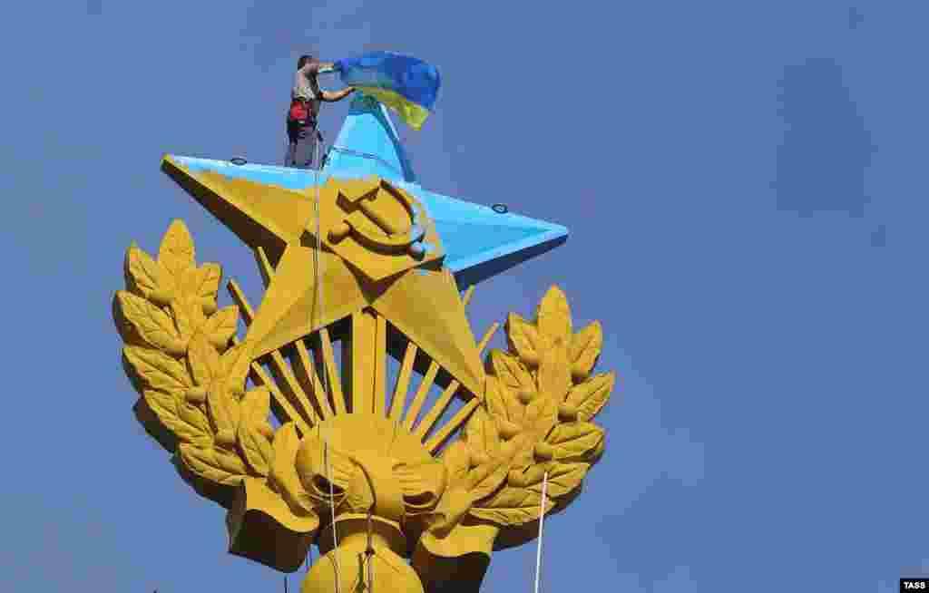 Український прапор знімають з вершини будівлі на Котельницькій набережній,Москва, 20 серпня 2014 року