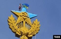 Зірка на даху висотки в Москві