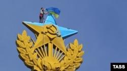 Коткаручылар 20 август Мәскәү үзәгендәге бу бинадан Украина әләмен төшерде