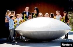 Король Нідерландів Віллем-Александр і королева Максима на відкриті пам'ятника 298 жертв збитого російським «Буком» на Донбасі пасажирського літака рейсу MH17. Містечка Вейфгойзен поблизу аеропорту Схіпхол біля столиці Нідерландів, 17 липня 2017 року