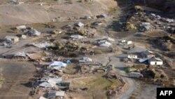 Былтыр күзүндө Алайдын Нура айылындагы катуу зилзаладан үйлөрдүн дээрлик баары кыйрап, кеминде 74 адам мүрт кеткен