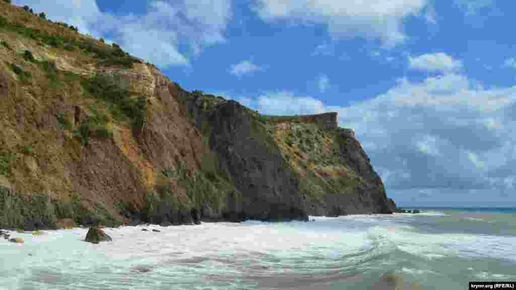 Мыс Фиолент очень красив среди бушующей стихии. Его высота превышает 100 метров