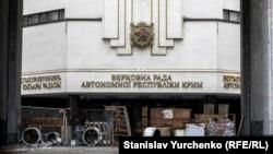 Баррикады возле здания Верховной Рады Крыма, 27 февраля 2014 года