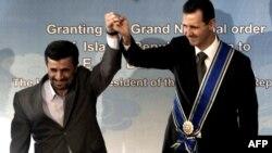 محمود احمدینژاد (چپ)در کنار بشار اسد