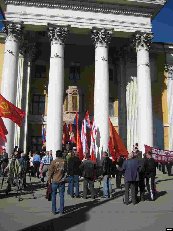 Толпа собралась на крыльце. Можно насчитать флаги не менее десяти крымских организаций левого толка. Заводилы – коммунисты.