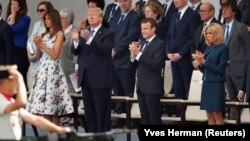 Trump (i dyti majtas) me bashkëshorten e tij Melania dhe presidenti francez Macron (i dyti djathtas) me bashkëshorten e tij Brigitte gjatë paradës ushtarake në Paris