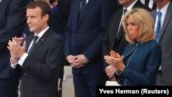 Франция президенті Эммануэль Макрон әйелі Бриджит Макронмен бірге.